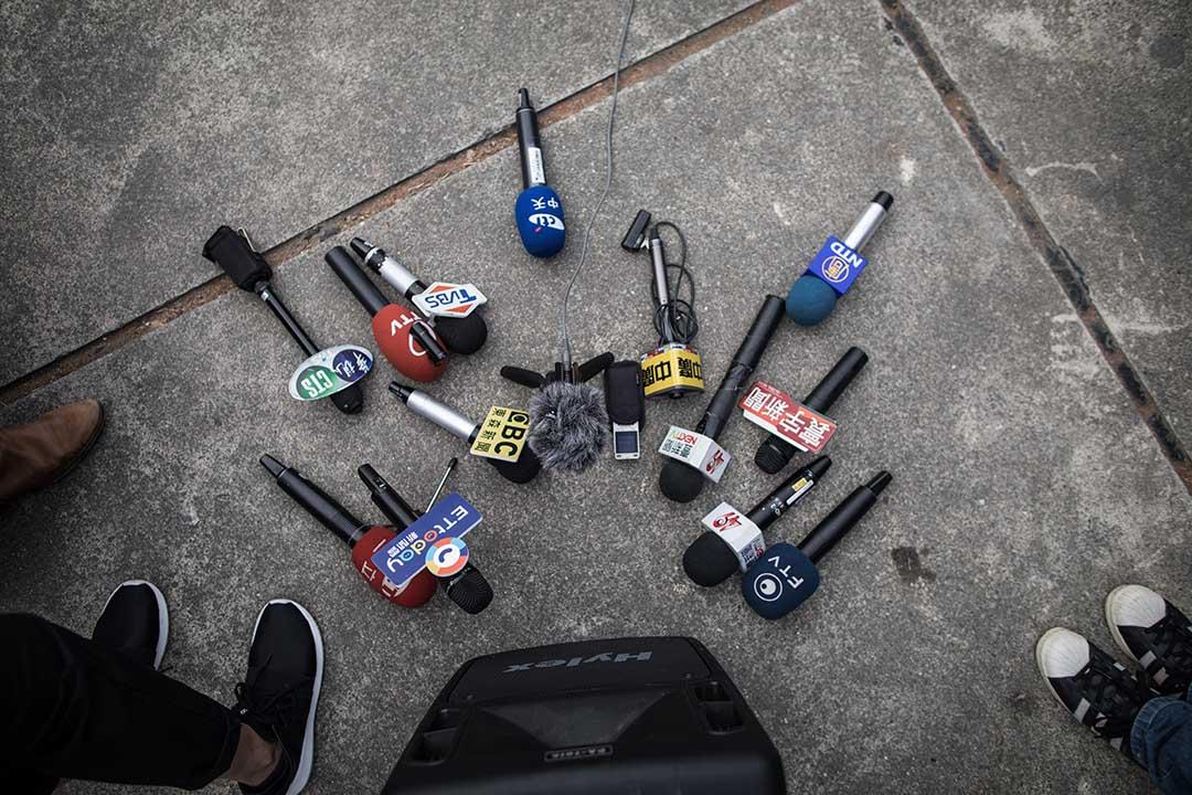 當年因公司人力調整緣故,原先都已在T縣駐地置產的記者A,被迫得要離開原先已經待了6、7年的熟悉環境。但因習慣了駐地記者較為自由的工作型態,他不願回到台北擔任攝影記者一職。