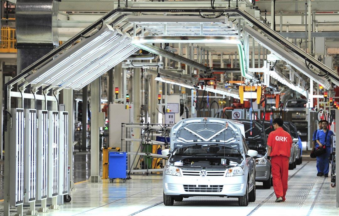 1985年,中國第一家合資轎車廠,中德合資上海大眾汽車公司成立投產。大眾桑塔納隨後成為中國最成功的汽車品牌之一。圖為2013年8月29日,中國烏魯木齊的上海大眾工廠,生產新桑塔納房車的生產線上。