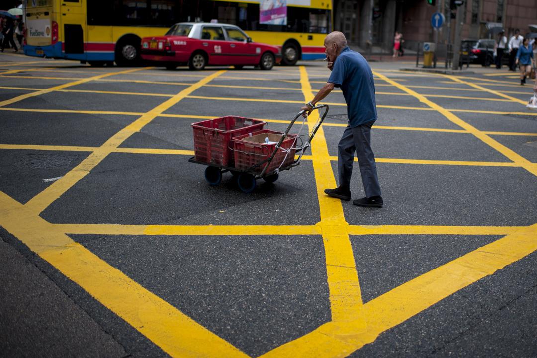 香港社會福利署宣布自下月1日起將領取長者綜援的合資格年齡由現時的60歲提高至65歲,引發輿論爭議。 攝:Borja Sanchez-Trillo / Getty Images