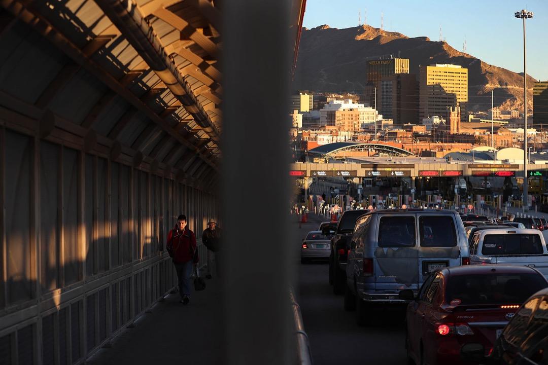 美國德州,人們和車輛在連接美國和墨西哥的Paso Del Norte大橋入境口岸進出。
