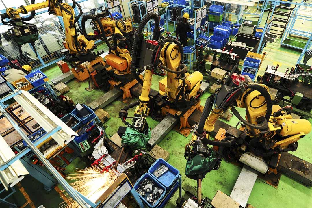 2018年2月1日,江蘇一間汽車組裝車間內,百餘台工業機器人在生產線上焊接汽車配件。