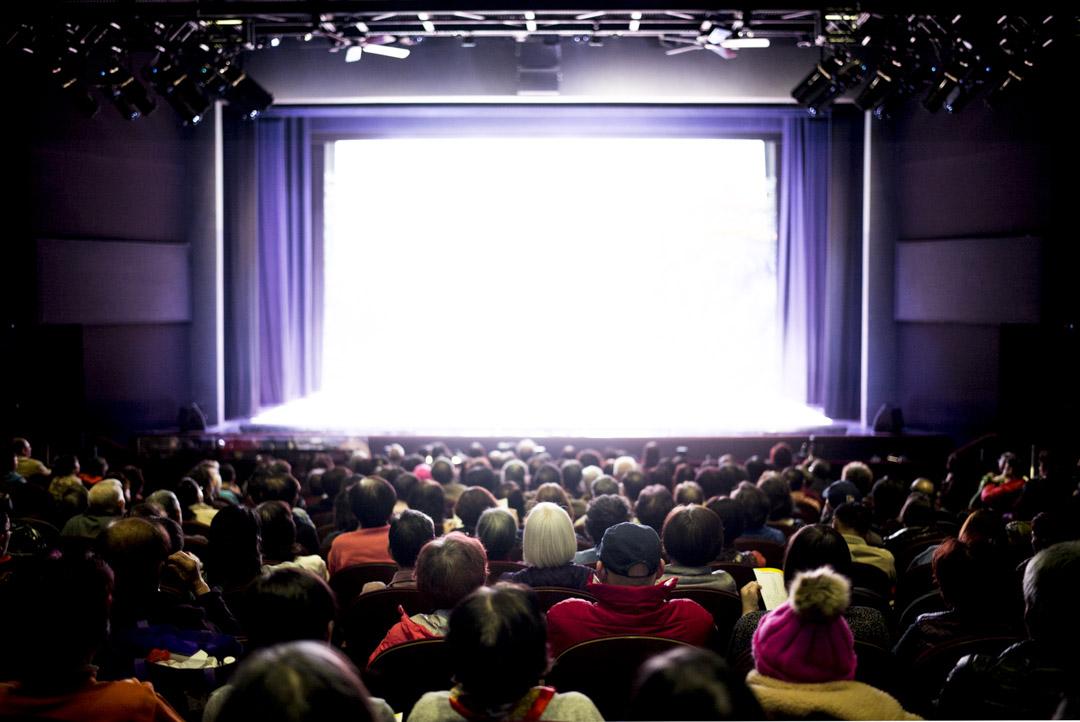 在油麻地戲院觀賞粵劇的觀眾。
