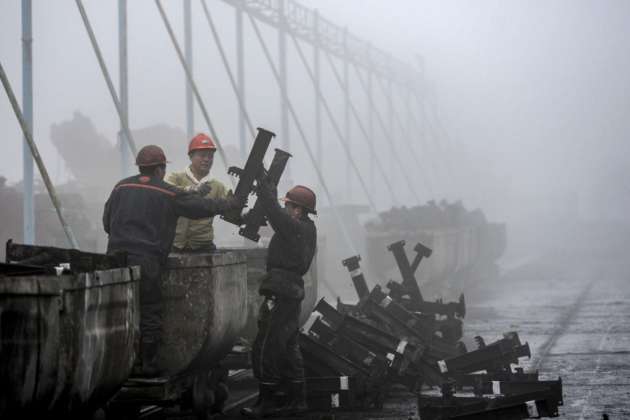 2018年冬季被勒令關停的工廠復工兩個月後,京津冀便重新經歷了秋冬以來最嚴重的大氣污染,北京、石家莊、保定等13個城市空氣質量一度重回重污染水平。 攝:AFP/Getty Images