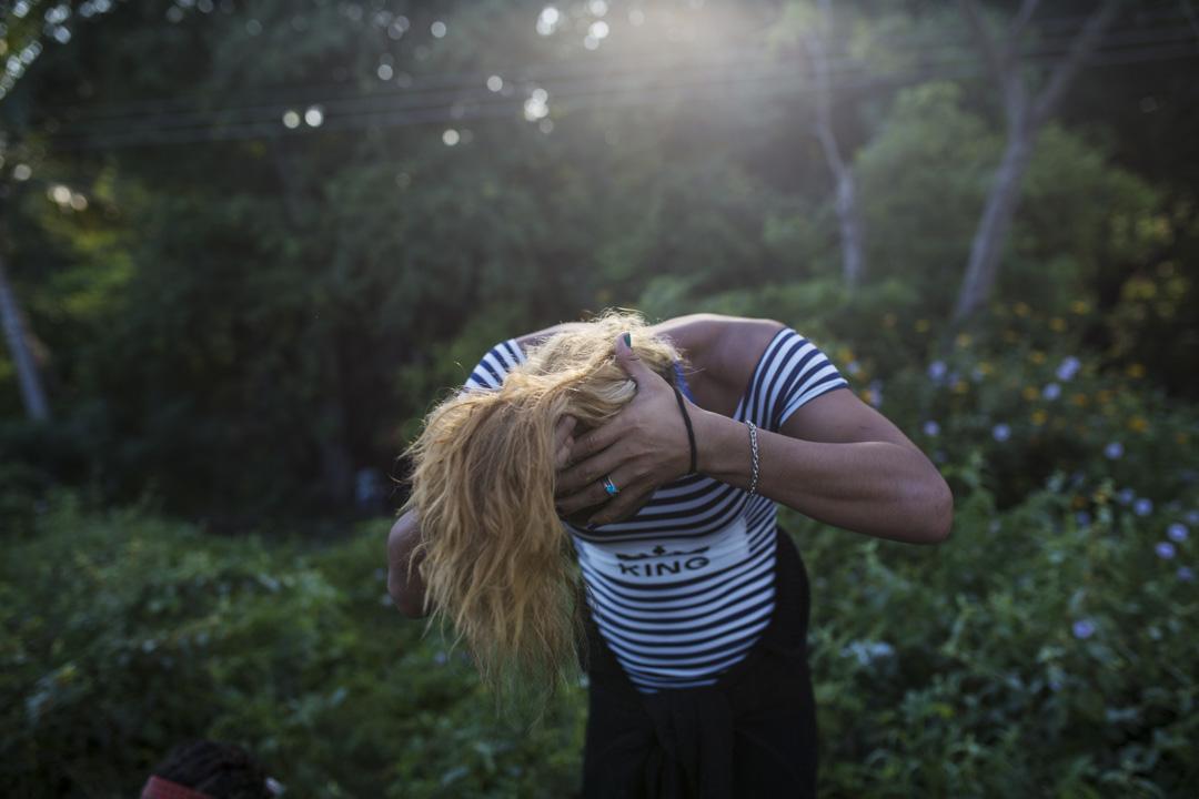 變性人Teresa Perez來自洪都拉斯,她正在給自己紮馬尾辮子。