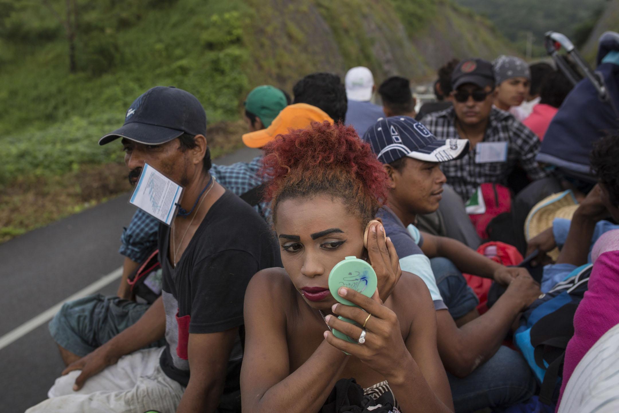 今年24歲的洪都拉斯LGBT移民Alexa Amaya,坐在前往薩尤拉的順風車上補粧,說道「我知道要獲得庇護是很難,但也必須要嘗試的。」 攝:Rodrigo Abd/AP