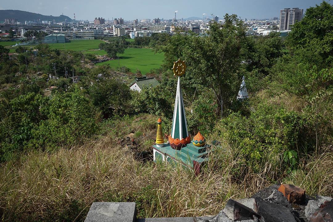 覆鼎金公墓原本位於高雄縣、市交界的邊陲地帶,但在縣市合併之後,反倒成為大高雄的「中心」。