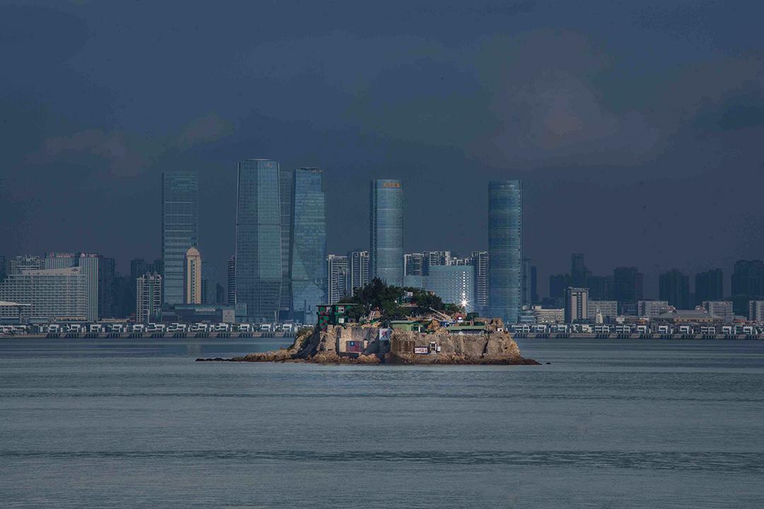 台灣小金門外的獅嶼,對岸為中國廈門市。
