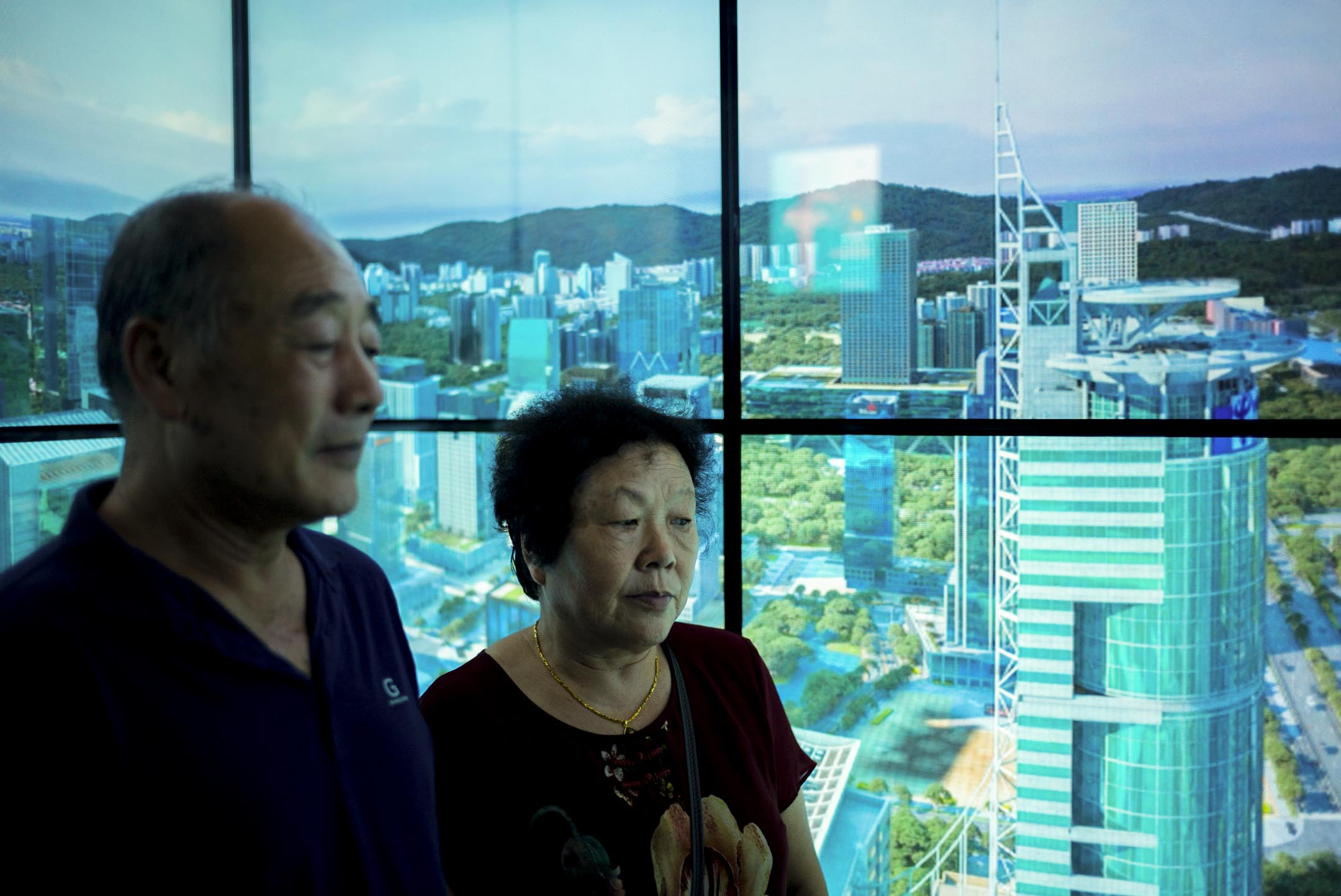 位於深圳的平安金融中心,是中國第二高樓及世界第四高樓,一對夫婦正乘搭電梯往大廈116樓的觀景台。 攝:林振東/端傳媒