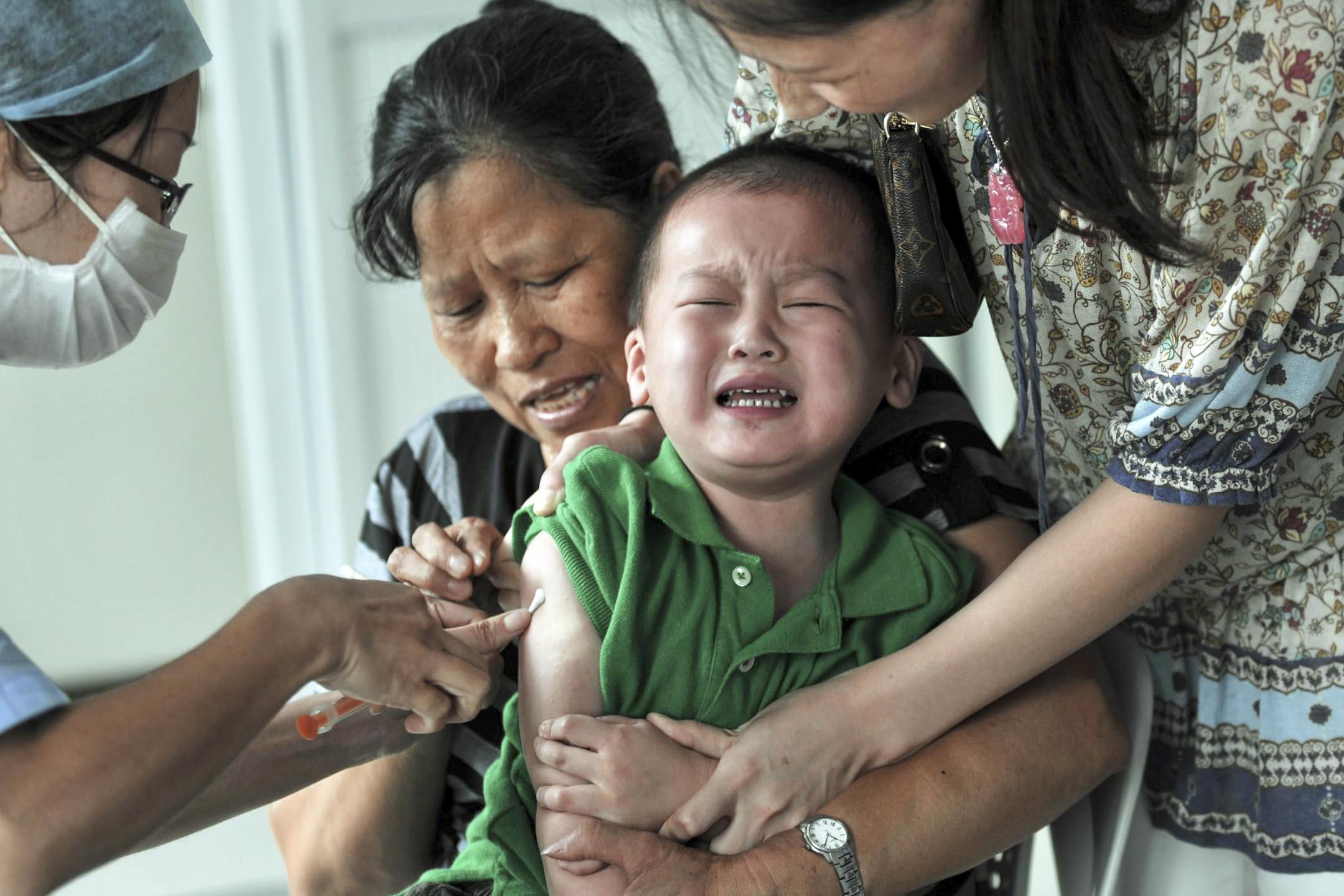 近日江蘇省金湖縣的多位家長先後發現他們的孩子仍在使用過期疫苗。圖為一名接種疫苗的兒童。 攝:VCG via Getty Images