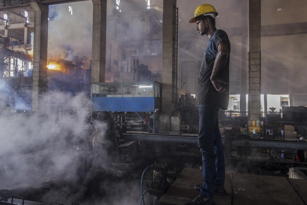 中巴經濟走廊具體在哪些領域創造了多少工作崗位,兩國政府目前都不願讓相關資訊透明化,圖為2017年6月3日,巴基斯坦鋼鐵廠工人。