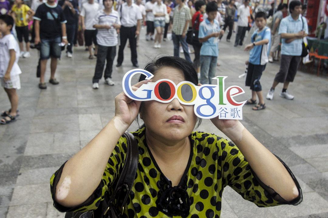 2010年,Google因內容審查問題與中國政府交涉,並最終關閉中國版網頁搜尋服務。