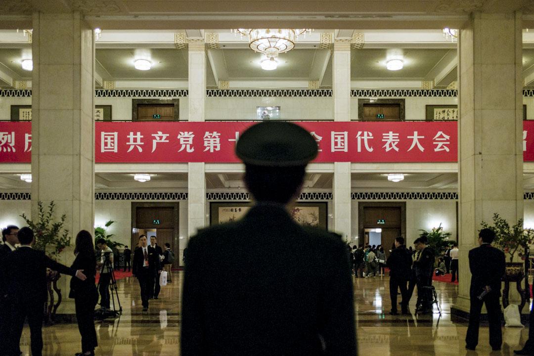 2017年10月18日,中國國家主席習近平在北京共產黨第十九次代表大會上發表講話時,記者和代表們在大廳等候。