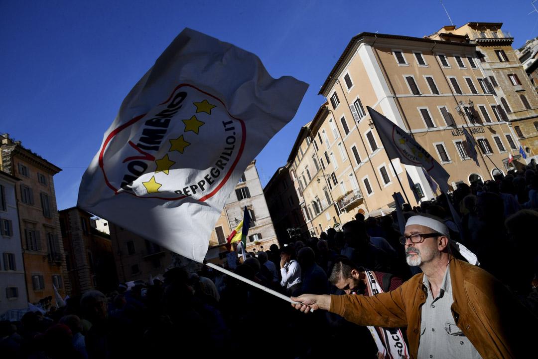 意大利的民粹主義政黨五星運動(Five Star Movement)支持者揮動旗幟。