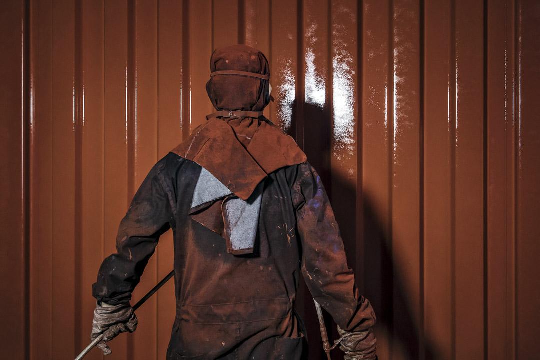 油漆行業被認為是大氣污染的「元兇」。生產油漆時需摻入一種名為「輔助成膜物質」的溶劑。而溶劑揮發時所釋放的VOC約佔霧霾主要成分PM2.5的兩成。