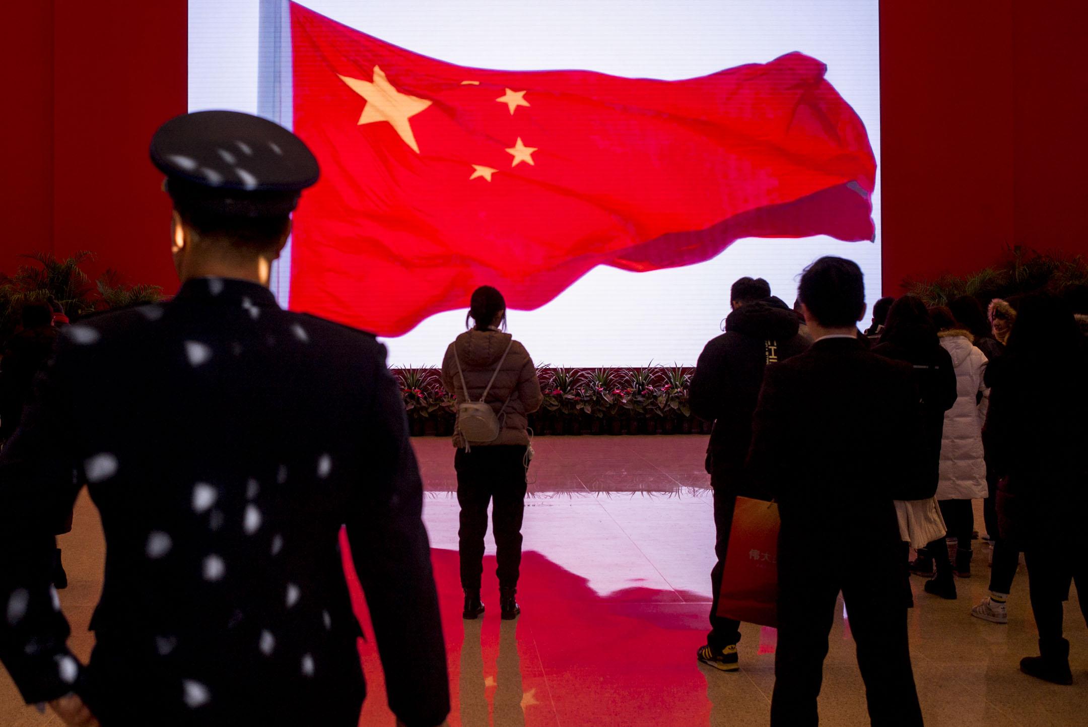 「偉大的變革─慶祝改革開放40周年大型展覽」在北京的國家博物館舉行,大門有巨型電視屏幕不斷播放勵志宣傳片。 攝:林振東/端傳媒