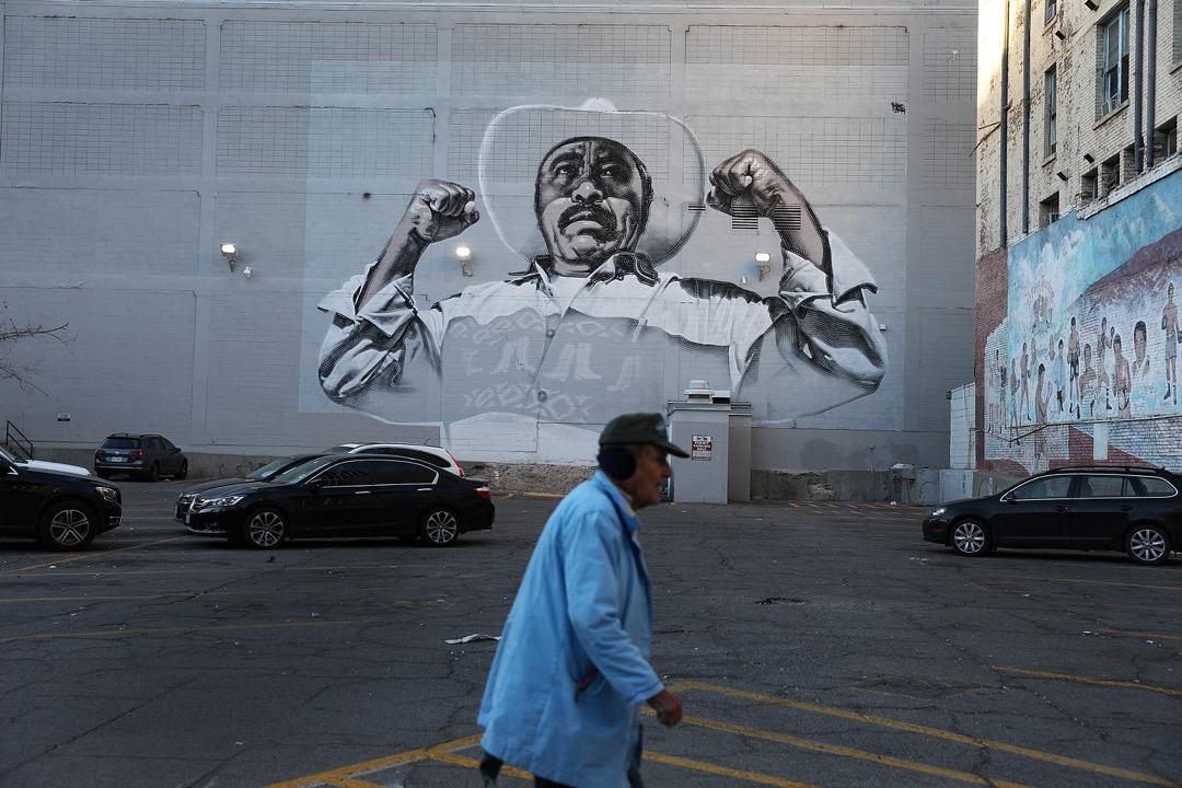 美國德州,一名男子在埃爾帕索市內的一幅壁畫前走過。