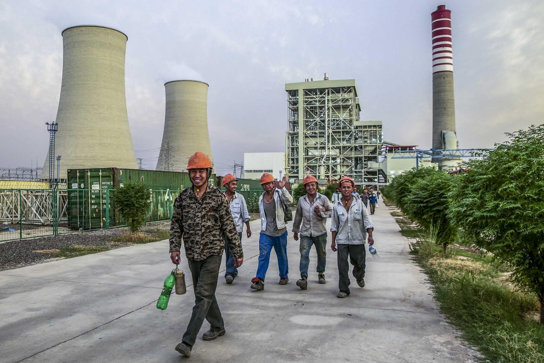 近年,巴基斯坦成為中國在亞洲積極拓展投資策略的關鍵國家。中巴經濟走廊更被視為「一帶一路」的旗艦項目。圖為2017年6月14日,巴基斯坦的一個由中國投資的煤電廠,中國工人正從工廠下班。 攝:Asad Zaidi/Bloomberg via Getty Images