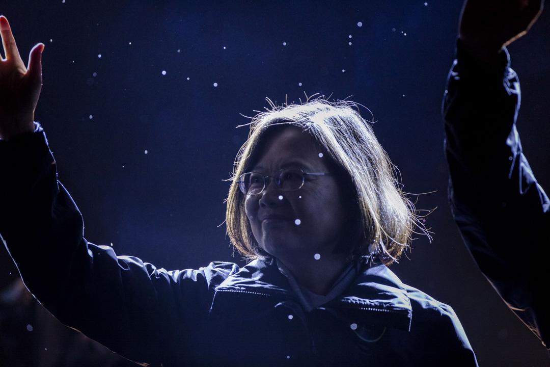 「綠營四大老」在公開信表示,去年「九合一選舉」結果反映台灣人民已對總統蔡英文投下不信任票。圖為2016年1月15日,民進黨總統候選人蔡英文在總統選舉前的集會活動中向支持者揮手致意。 攝:Ulet Ifansasti/Getty Images