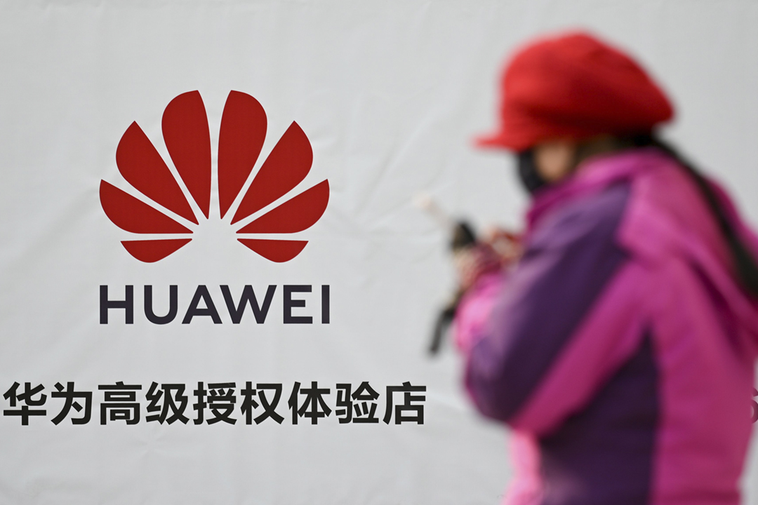 就美國司法部提出多項刑事起訴,華為發表聲明否認全部控罪。圖為2019年1月29日在中國北京,一名途人經過華為廣告標語。 攝:Wang Zhao / AFP / Getty Images