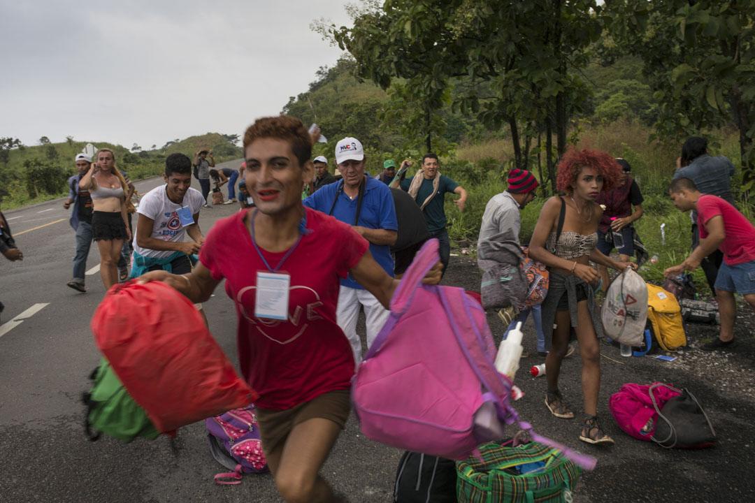 一群中美洲移民跑向一輛前往墨西哥薩尤拉的順風車。