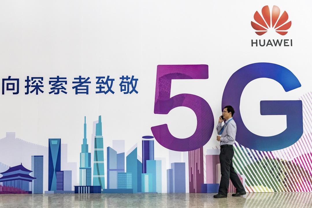 2018年9月26日,中國國家會議中心舉辦的PT Expo China 2019期間,一名男子在華為5G廣告牌前用手機講話。