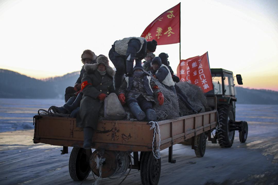 攝氏零下24攝氏,漁民穿上厚厚的大衣,乘坐拖拉機在冰上行走。