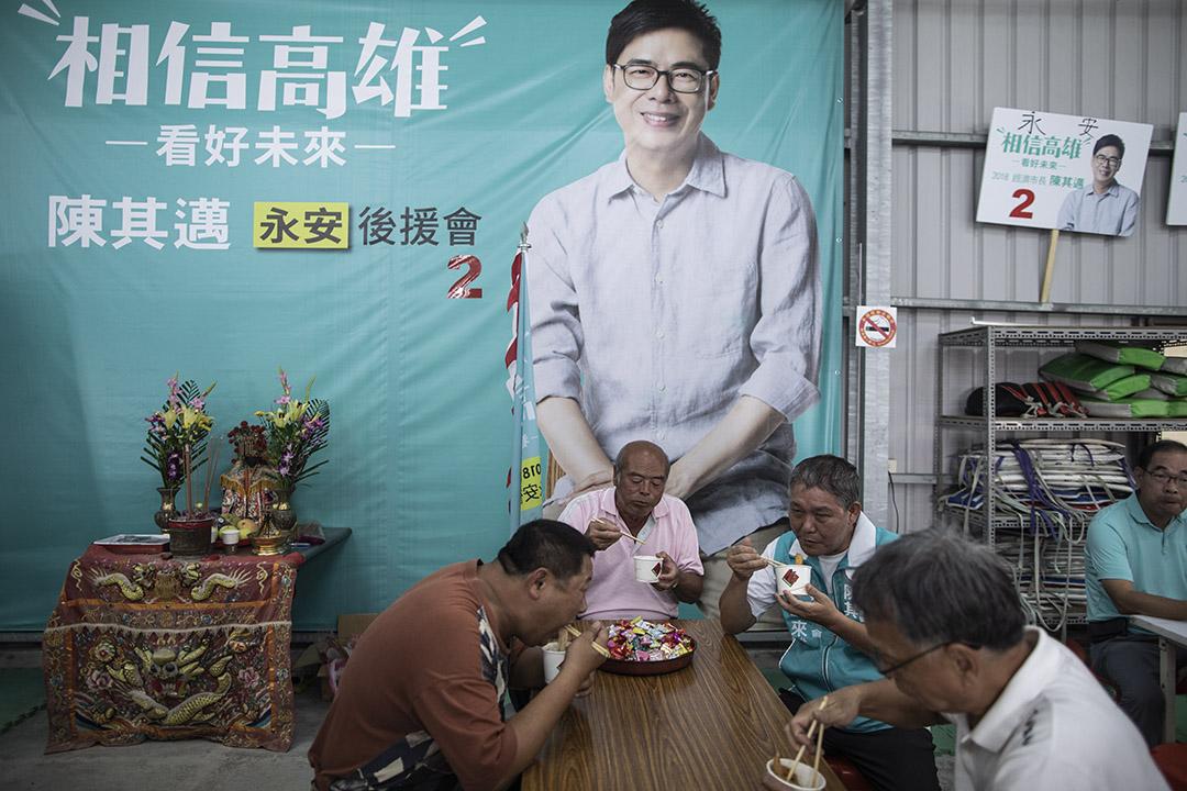 2018年11月16日,高雄市長候選人陳其邁的支持者在車隊宣傳期間休息吃午餐。