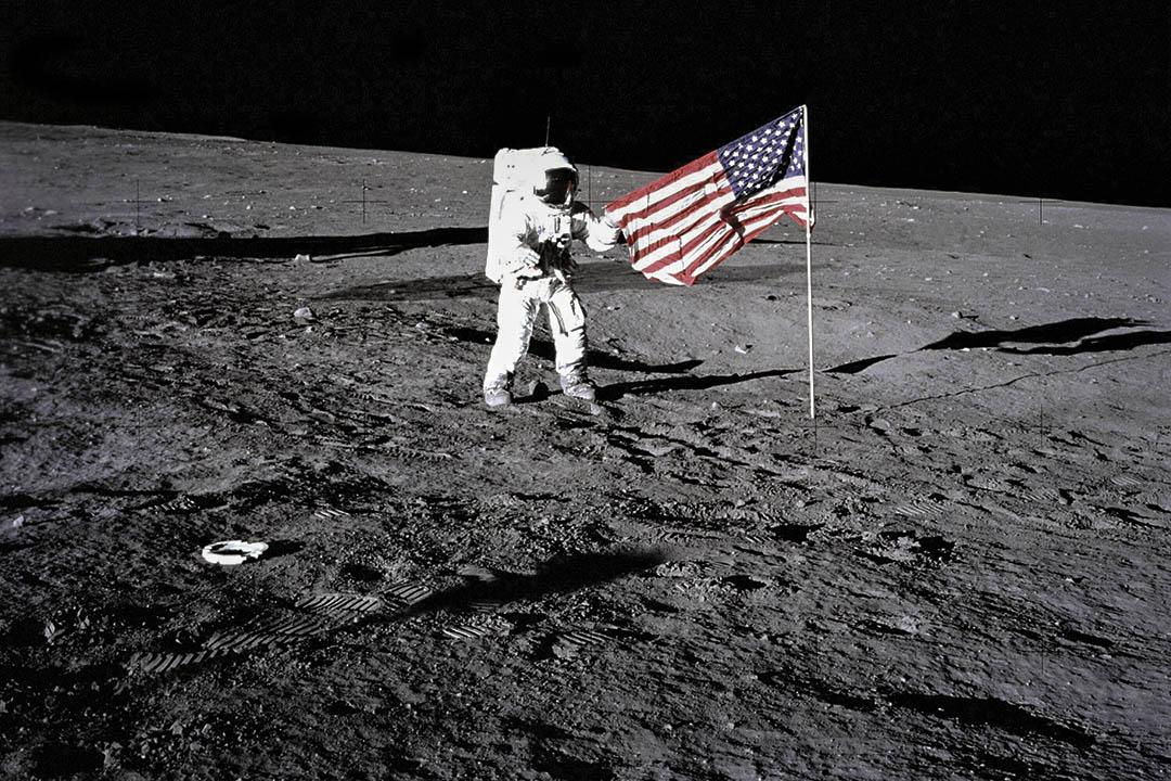 1969年11月19日,阿波羅12號宇航員Charles 'Pete' Conrad登月,站在美國國旗旁邊。