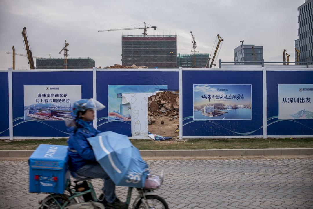 深圳蛇口一個巨型工地前,外賣快遞車駛過。