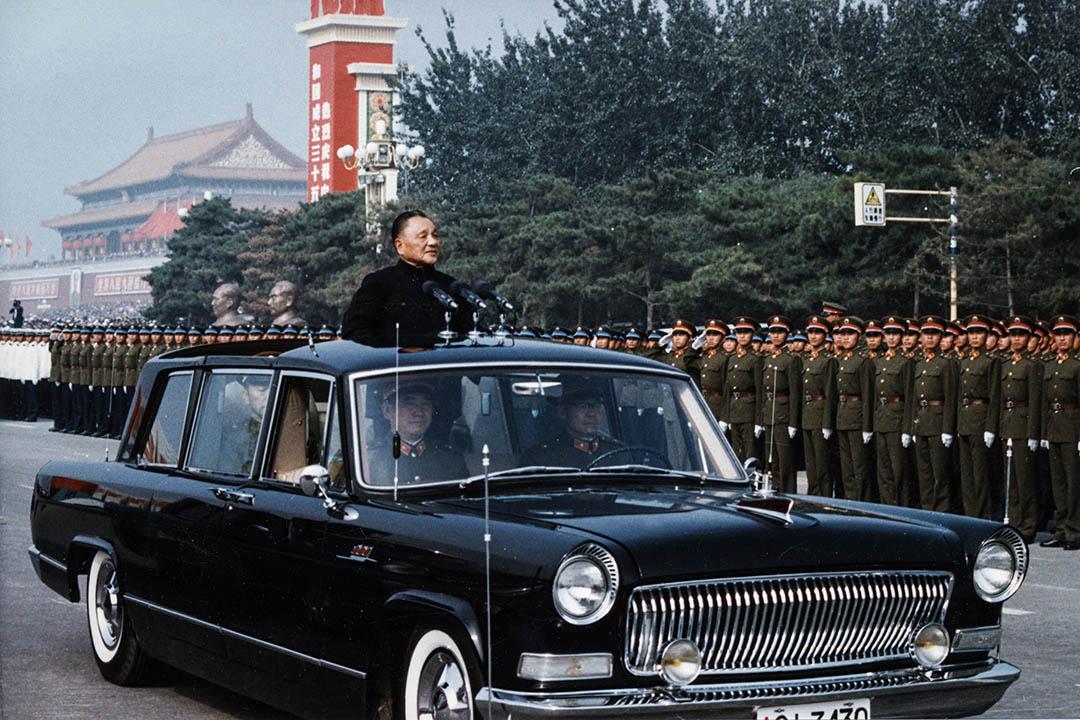 1978年開始的改革在六四中斷,1992年鄧小平南巡講話之後的經濟改革,與之前八十年代的並不一樣。 圖為1984年10月1日,鄧小平在北京閲兵。