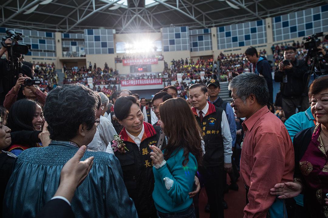 即便先生身陷囹圄,但憑著10多年在地經營所累積而成的雄厚政治實力,徐榛蔚一路以來主打低調悲情牌,最終獲得超過7成的選民支持力挺,一舉勇奪破12萬票。