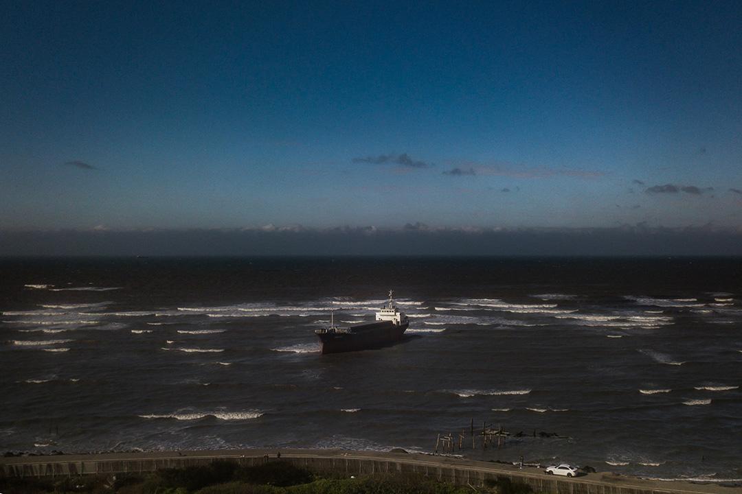 2019年1月9日,蒙古貨輪桃園外海擱淺,仍未拖走。  攝:陳焯煇/端傳媒