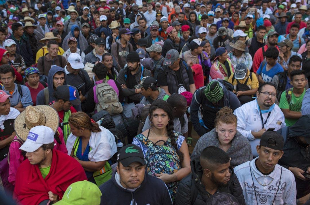 變性人Nakai Flotte抱著一個碎花背包坐在人群中,聆聽移民代表在晨會上的講話。