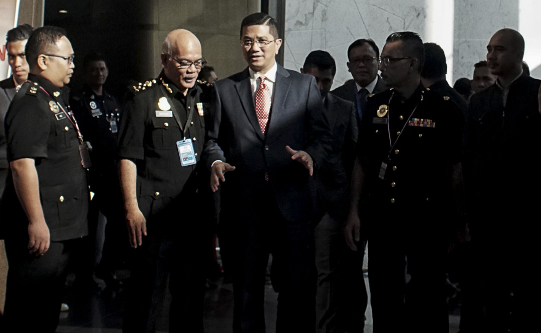 2019年1月26日,馬來西亞經濟部長阿茲敏阿里(Azmin Ali)宣布取消與中國交通建設公司簽署200億美元的東海岸鐵路計畫。圖為阿茲敏阿里。