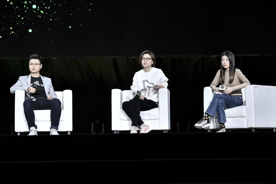2019年1月15日,抖音正式宣布升級私信功能,推出自己的獨立視頻社交產品多閃,這意味着抖音正式進軍社交領域。今日頭條總裁陳林、抖音總裁張楠、多閃產品負責人徐璐冉於發布會現場。
