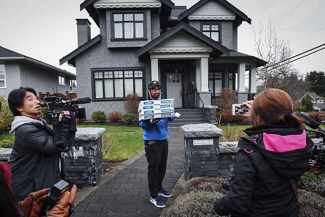 2018年12月12日,加拿大温哥華,孟晚舟的住處。孟晚舟一家還叫了披薩填飽肚子,度過她交保後的第一天。
