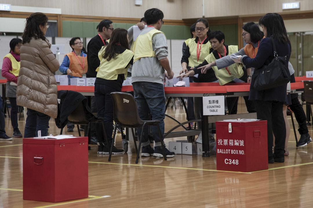 村代表選舉中,部份膠兜會貼上多於一個號碼,如1;3、1;4、2;3等等。這意味著在村代表選舉中,部份選民可在選票上作出多於一個選擇。