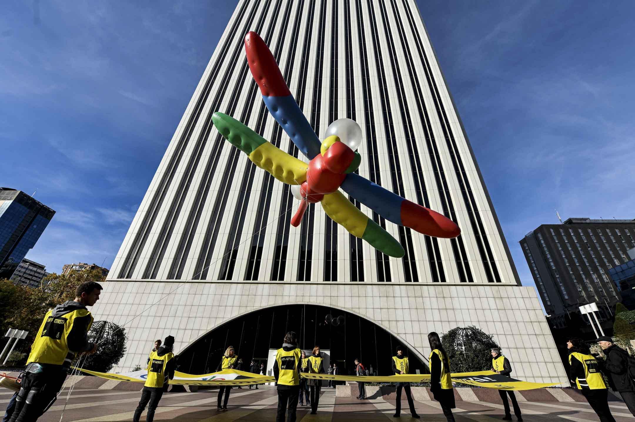 2018年11月27日,國際特赦組織在西班牙馬德理舉行示威,抗議Google正在秘密研發一款為中國大陸用戶定製,代號Droganfly的搜索引擎。 攝:Oscar Del Pozo/AFP/Getty Images