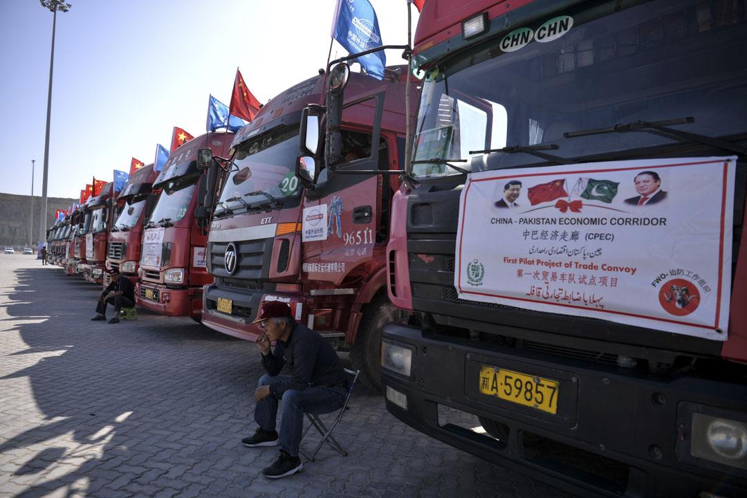 瓜達爾港是巴基斯坦第三大商用港口,貨物吞吐量預計可達每年100萬噸。 圖為2016年11月13日,中國司機坐在瓜達爾港貨物卡車旁邊。