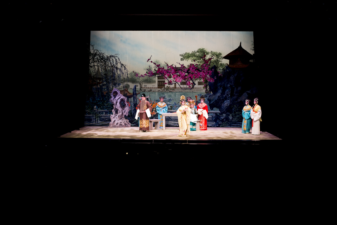 油麻地戲院上演八和會館的 《桃花湖畔鳳求凰 》。
