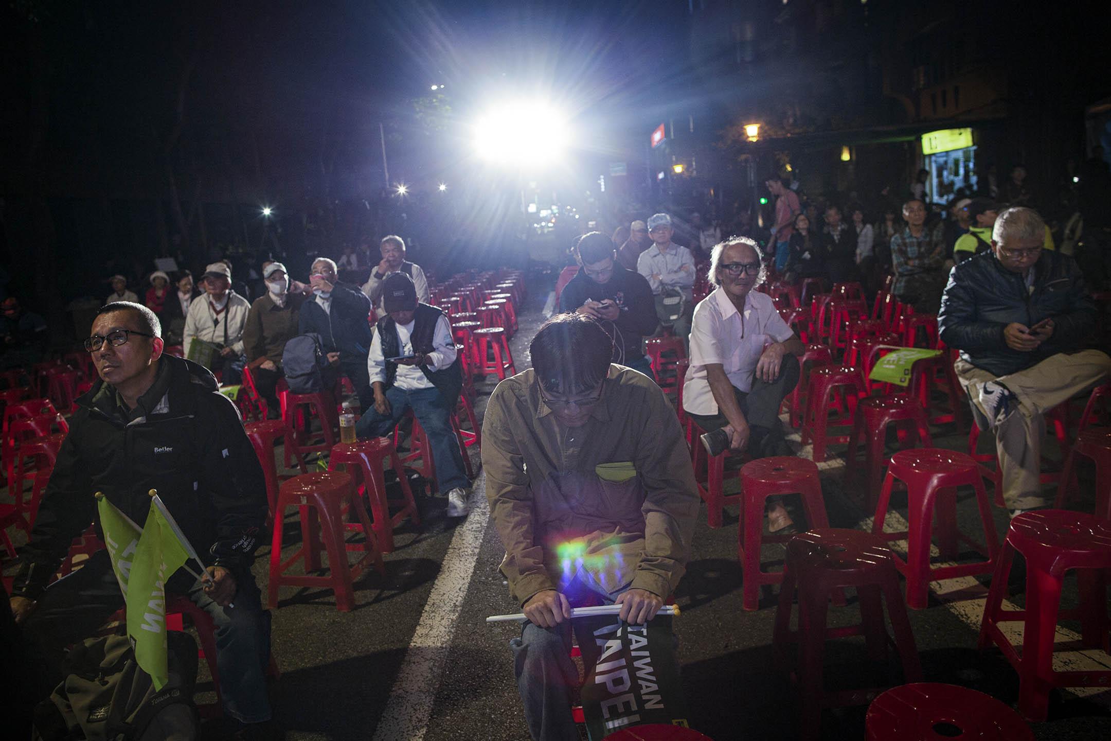 2018年11月24日,台北市長候選人姚文智的支持者在等待點票結果。 攝:陳焯煇/端傳媒