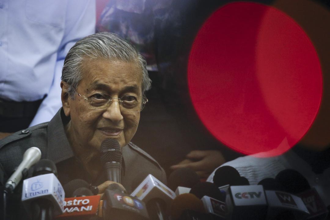 2018年,希望聯盟在馬哈迪(Mahathir Mohamad)帶領下成功打敗國民陣線,馬哈迪也實現二度任相。希望聯盟新政府上台後,把東海岸鐵路項目化為與中國政府的重新談判項目,暫停東鐵項目的所有工作,並沒有給出停工期限。