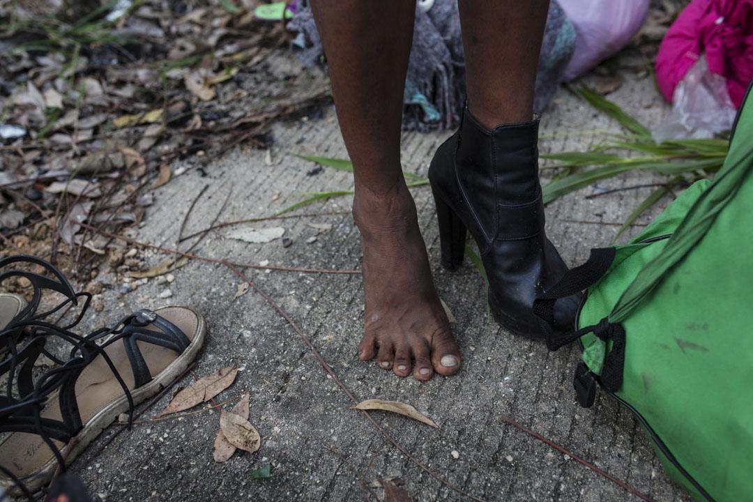 Alexa Amaya是來自洪都拉斯的變性人,她正在試穿從捐贈衣物中找到的高跟鞋。