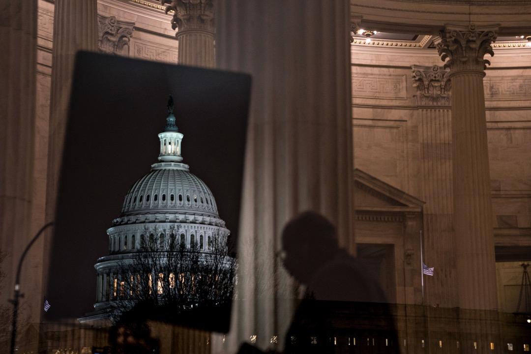 美國政府史上最長的一次關門終於結束,特朗普簽字通過政府持續決議案,讓政府保持現狀開門到2月15日。 攝:Andrew Harrer/Bloomberg via Getty Images