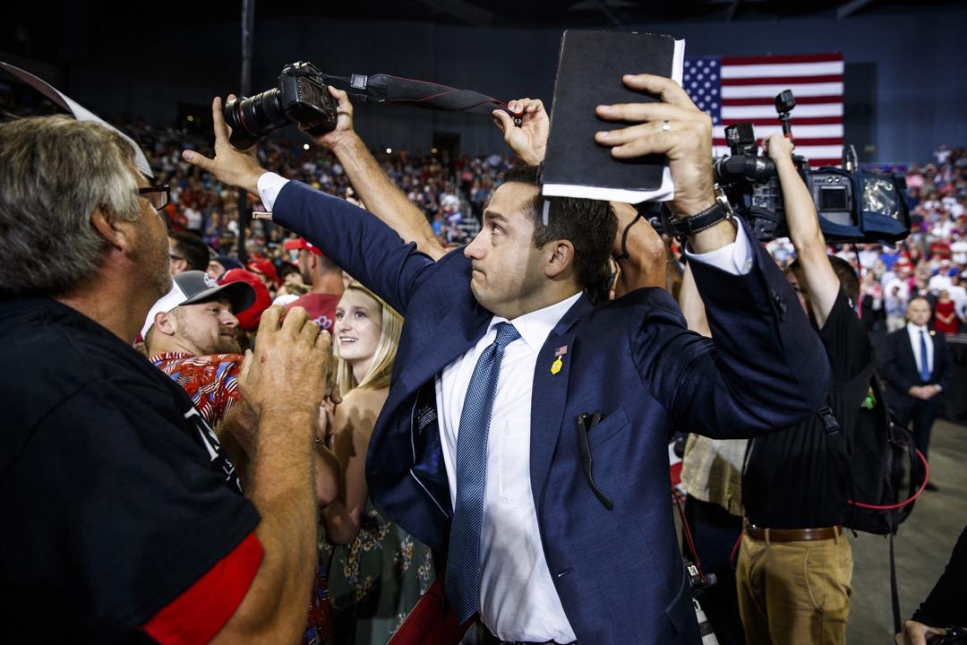 今日世界的政治強人,大多走的是民粹主義路線。他們對自由媒體的打壓,固然是為了削弱監督和反對的力量,但也是煽動和迎合了民眾中的反媒體情緒。圖為一名參與特朗普集會的志願者嘗試擋住一名攝影記者的鏡頭。