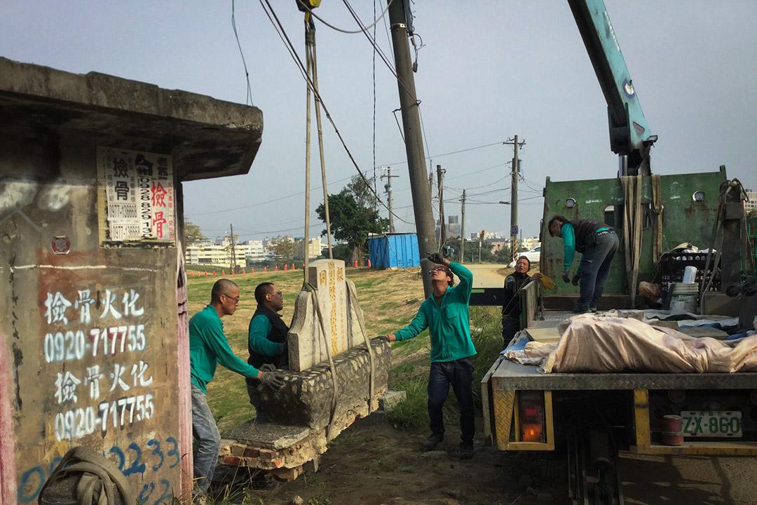 2017年4月11日,「地下高雄覆鼎金掃墓團」將墓碑搬移到海青工商。