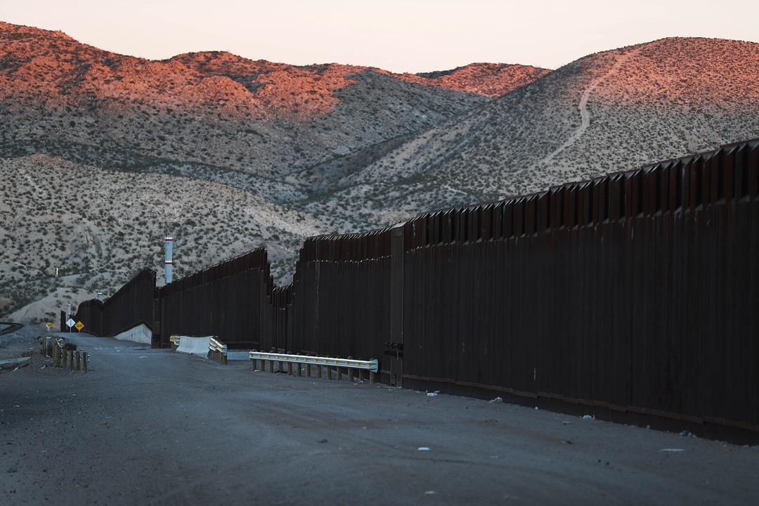 美國新墨西哥州邊境城市桑蘭公園,望向美墨邊境圍欄。