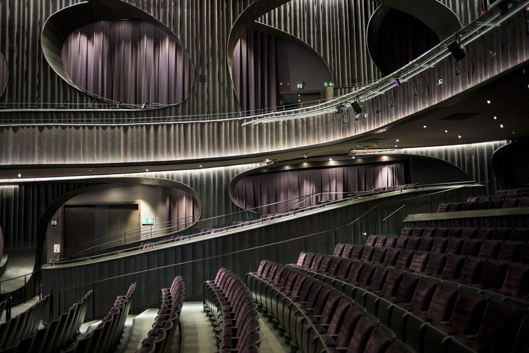 戲曲中心大劇院共有逾1000個座位及18個輪椅位,分為堂座及樓座。
