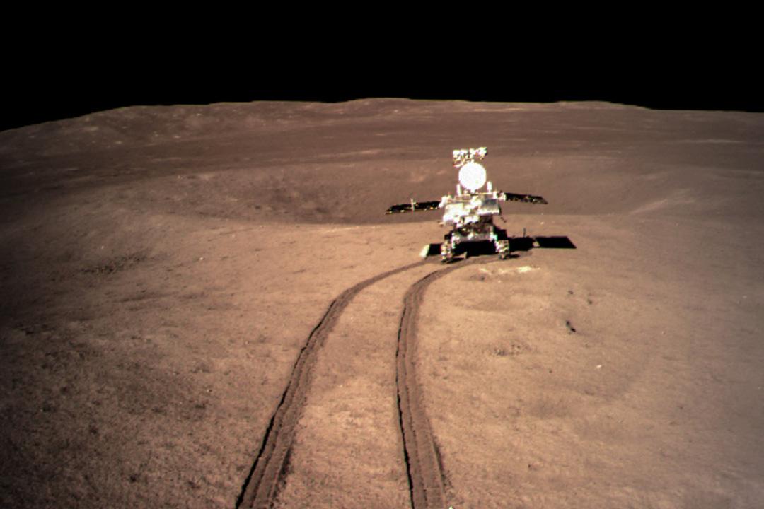 2019年1月4日報導,嫦娥四號着陸器與玉兔二號巡視器分離後按計劃開展了相關工作。截至1月4日17時,着陸器上低頻射電頻譜儀的三根5米天線展開到位,德國的月表中子及輻射劑量探測儀開機測試,地形地貌相機拍攝的影像圖陸續傳回地面。