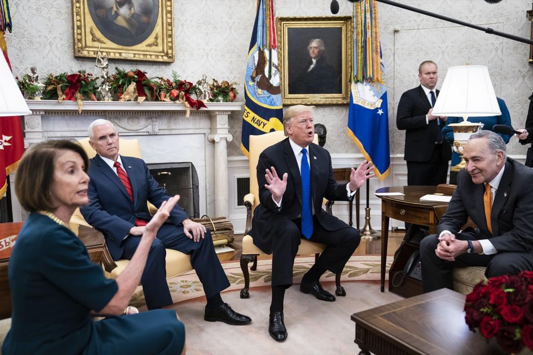 2018年12月11日,特朗普邀請佩洛西和舒默去白宮談建牆的這錢,老成的舒默和佩洛西不說自己的條件,只是反覆說不想讓政府關門,最後終於讓特朗普對舒默說「這次我來關門,我不會怪你」。